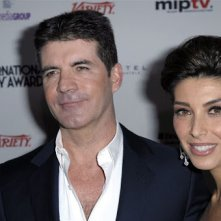 Simon Cowell herstelt thuis na val van trap